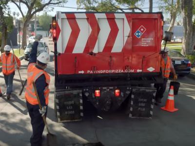A Domino Pizza szokatlan akciója: több mint 200 útkátyút befoltoztak, hogy gyorsabban tudják kivinni a pizzát!