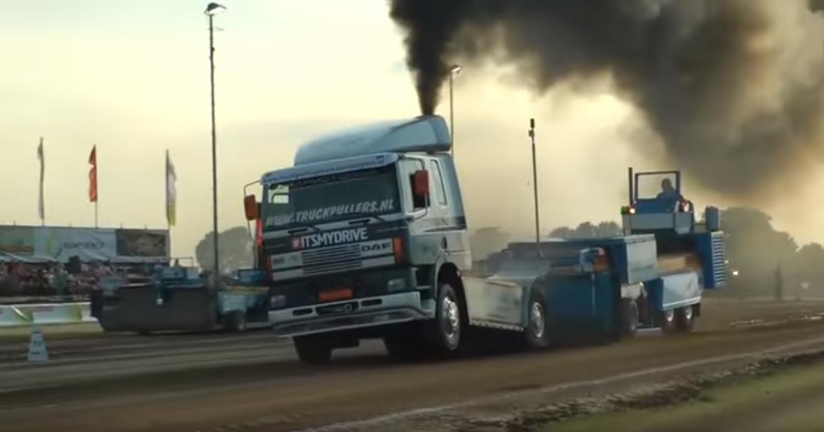 Neįprastas sportas dalyvaujant modifikuotiems sunkvežimiams. Peržiūrėkite pranešimą iš Truck pulling'o varžybų