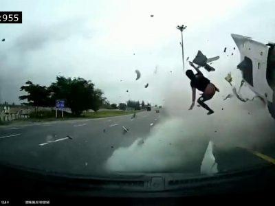 Įspėjimas dėl diržų neužsisegimo sunkvežimyje – vairuotojas iškrito per šoninį langą