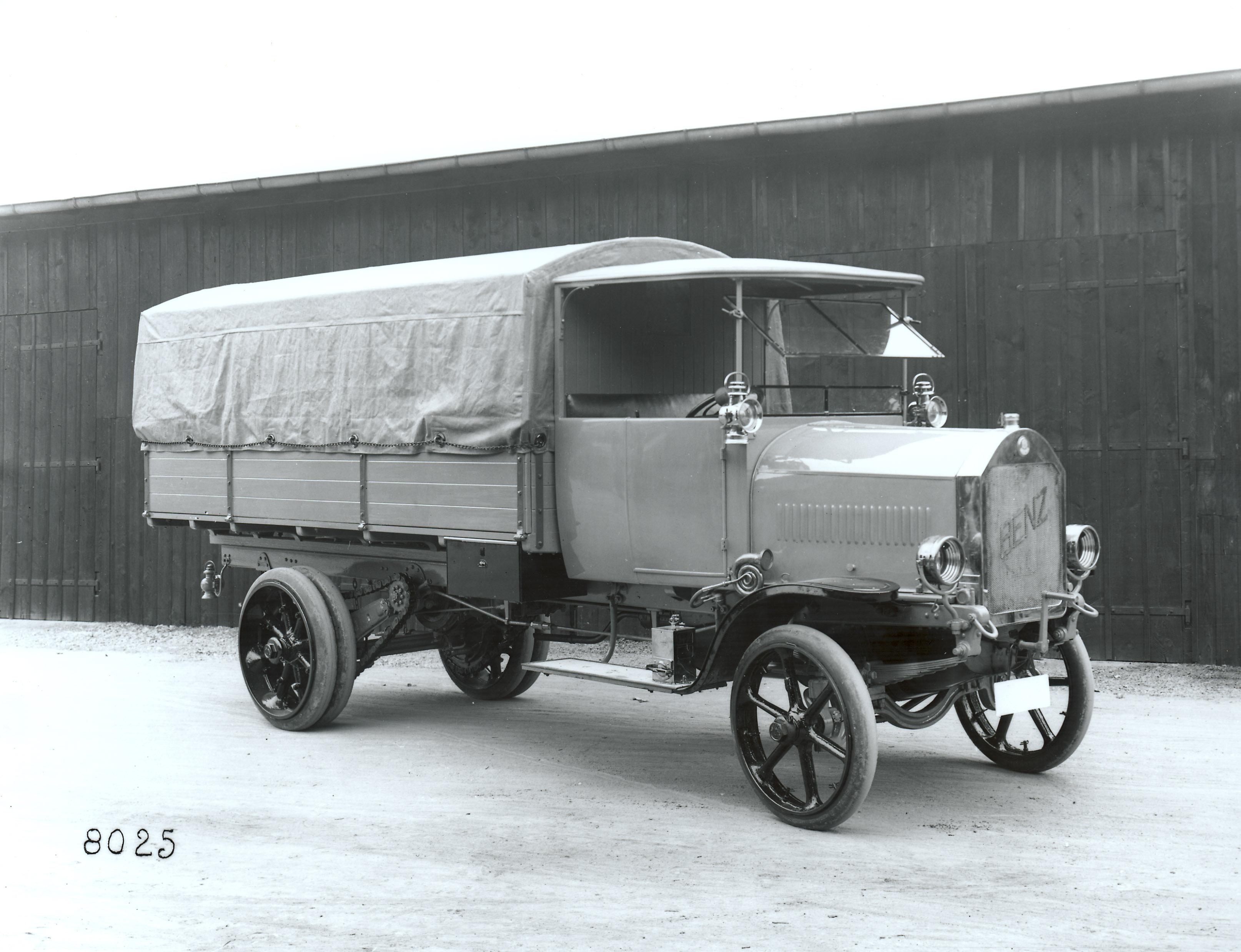 Nieliczne ciężarówki, głównie marek Daimler i Benz, stanowiły park samochodowy niemieckich wojsk.