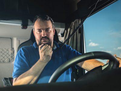 A dánok minimálbért vezetnek be a külföldi kamionosok számára. Így akar a kormány küzdeni az a postafiók-cégekkel.