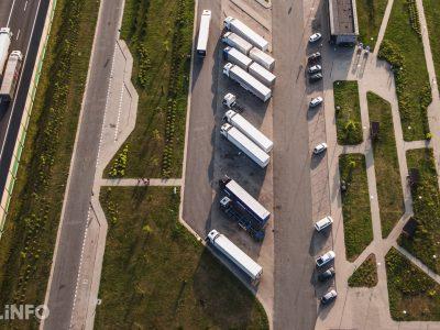 Sunkvežimių vairuotojai moka baudas todėl, kad trūksta parkavimo infrastruktūros