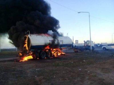 Drąsa ar beprotybė? Argentinoje protestuojantys vairuotojai sudegino sunkvežimį ir ketina sunaikinti sekančius