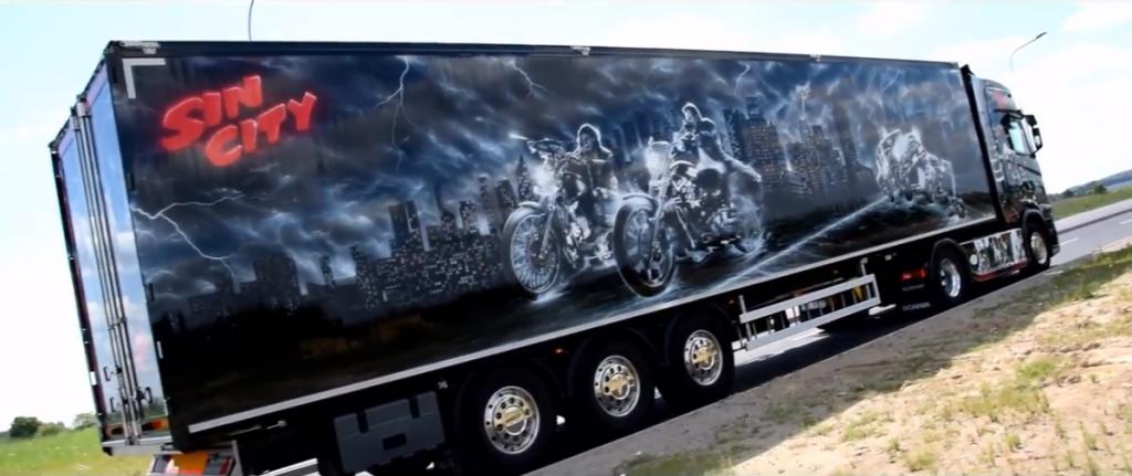"""""""Nuodėmių miestas"""" sunkvežimyje. Pasižiūrėkite motyvacijų rinkinį, nurodantį į kultinį filmą"""