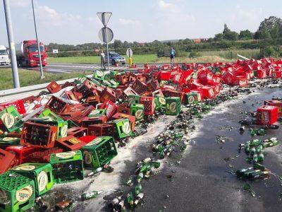 Mii de litri de bere împrăștiați pe drum. Cauza: neasigurarea corespunzătoare a încărcăturii