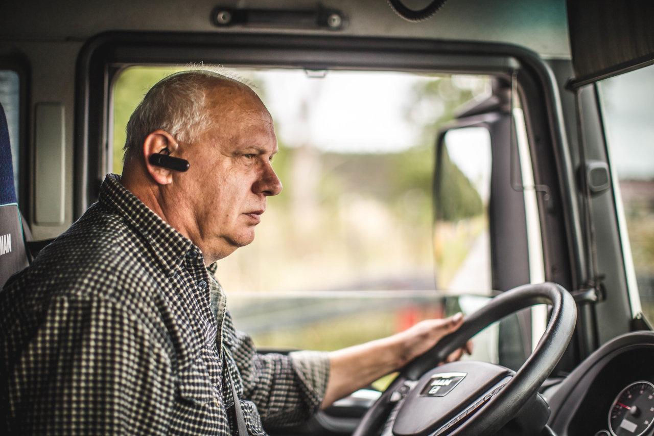 Szépkorúak a teherautó volánja mögött; több vasúti szállítás – ötletek a sofőrhiány csökkentésére