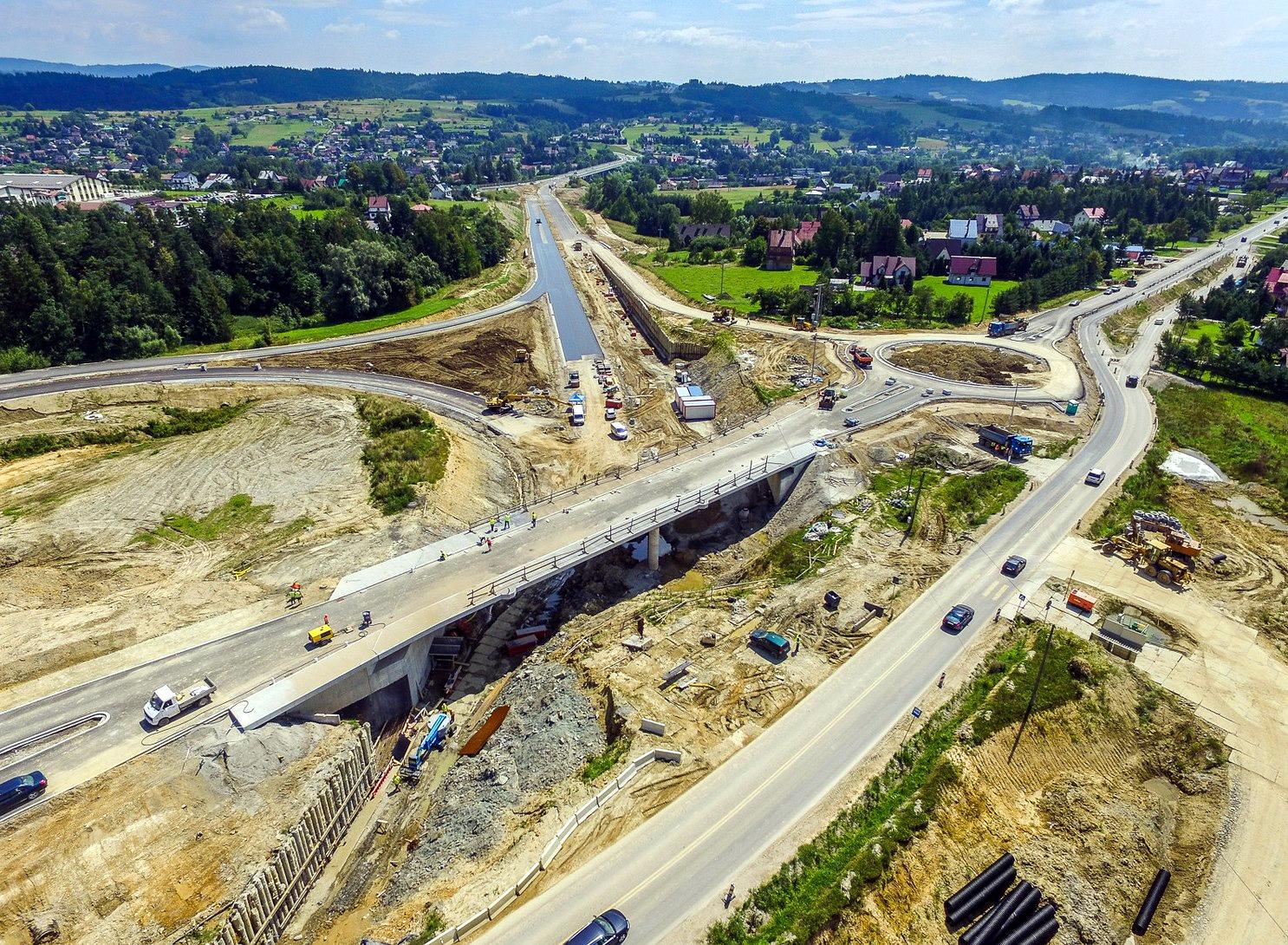 Pierwszy wiadukt na budowanym odcinku drogi S7, czyli zakopianki, między Lubieniem a Rabką Zdrój, został oddany do użytku kilka dni temu. Kierowcy mogą nim jechać do granicy, w kierunku na Chyżne.