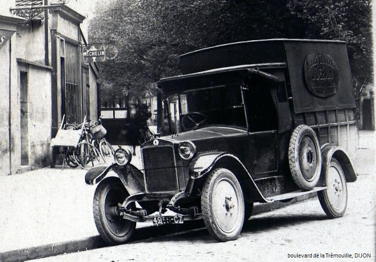 Obok ciężkich, wojennych typów, na ulicach spotykało się także lżejsze modele dostawcze, jak ten dwutonowy Berliet.