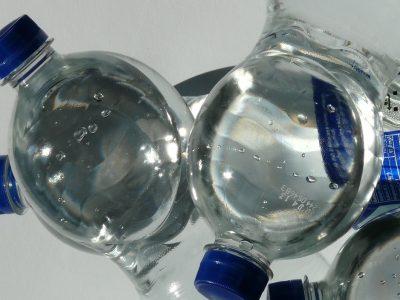 Lassen Sie keine Plastikflaschen im Auto liegen
