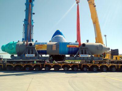 Сухопутным, речным транспортом и самым большим самолетом карго в мире перевозили огромные, 140-тонные котлы