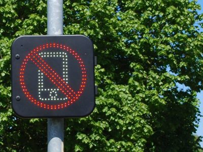 Großbritannien launcht Testphase für Verkehrsschilder, die die Nutzung von Handys während der Fahrt erkennen sollen