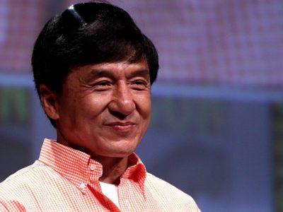 Jackie Chan-t a kínai kamionosok húzták ki a sárból
