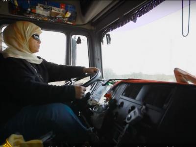 Egy teherautó vezetője megtöri a sztereotípiát Egyiptomban. Egy nőről van szó.