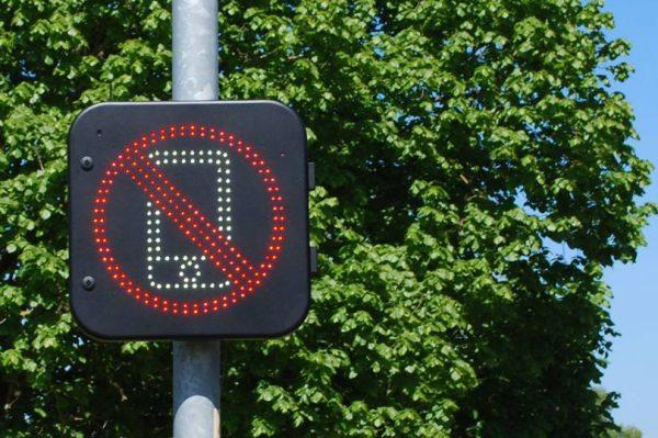 Znaki drogowe wykryją korzystanie z telefonu w trakcie jazdy. Brytyjczycy rozpoczynają testy
