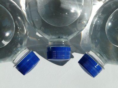 Nepalikite automobilyje vandens butelio! Galite… sudeginti automobilį