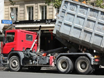 Trucks will soon have to pay for street parking during deliveries in Paris