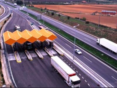 Teherautókra vonatkozó forgalmi korlátozás a spanyol utakon: fizetős szakaszokon kell közlekedni