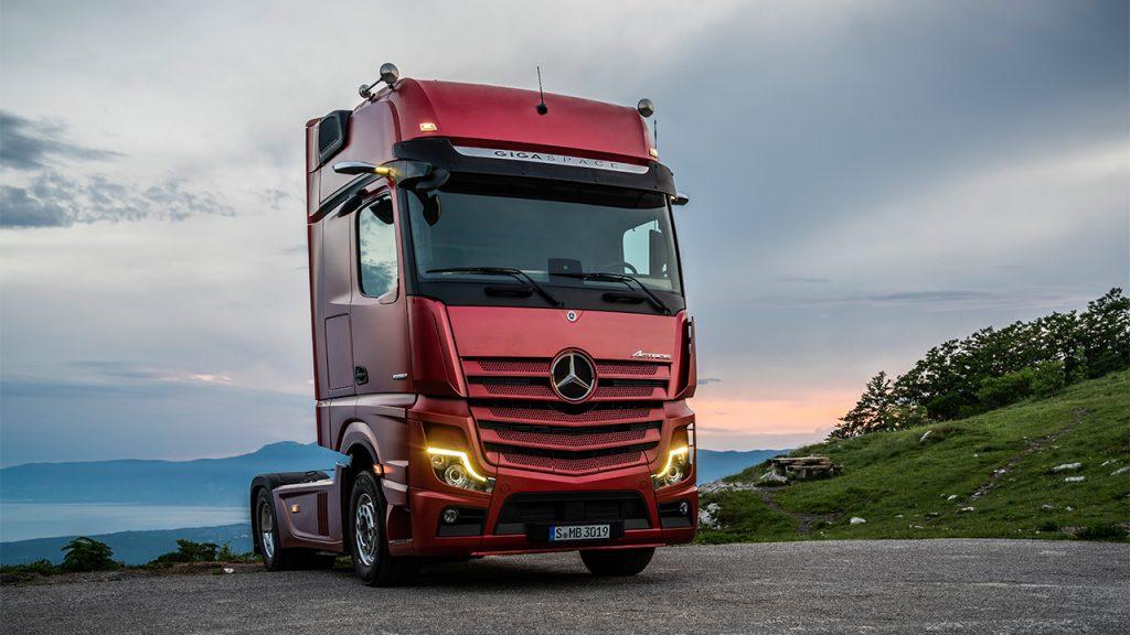 Mercedes Actros: egy agy van a teherautó kabinjára festve