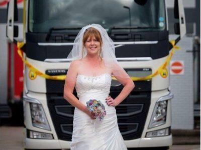 O șoferiță de camion și-a îndeplinit visul: A mers la propria nuntă cu…camionul