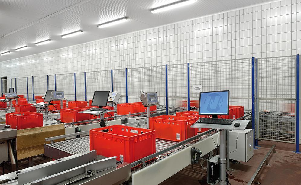 Osiem stanowisk do ręcznej kompletacji zamówień z możliwością umieszczenia sześciu pojemników oraz równoczesnej pracy trzech osób na każdym z nich