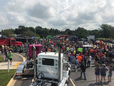 Daugiau nei 180 sunkvežimių pagerbė sergančio berniuko gimtadienį. Kitas neįprastas sunkvežimių vairuotojų gestas
