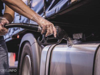 Из-за проблем с картой водитель грузовика не смог заплатить за топливо. От неприятностей его спас полицейский