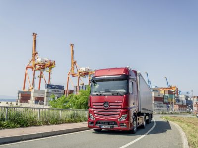 LKW-Fahrer testen neue digitale Fahrzeugsysteme in mobilem Simulator