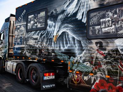 Művészi mestermű a Volvo kamionja – lengyel hősi katonák képei díszítik