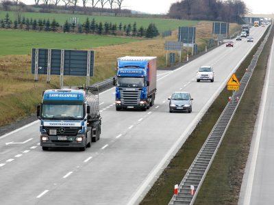 """""""Sulėtinu 2 km, kai kas nors mane lenkia"""". Naujoji Lenkijos sunkvežimių vairuotojų iniciatyva atsakant į """"TIR akciją"""""""