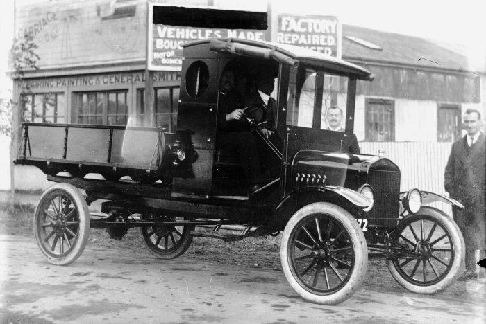 Nawet lekkie samochody ciężarowe jak pokazany na zdjęciu Ford TT stosowały na tylnej osi masywy, które były trwalsze od pneumatyków i pozwalały na większych ciężarów.