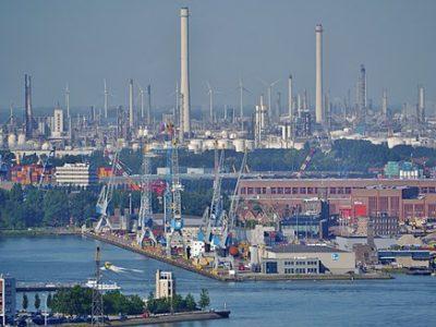 Drohne liefert Pakete im Hafen von Rotterdam