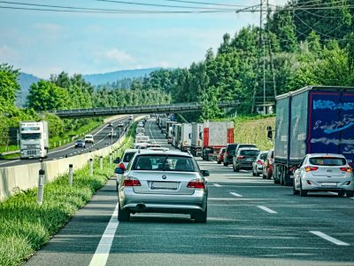 Így kell mentőfolyosót kialakítani Németországban kétsávos, háromsávos pályán. Ugye, Ön is tudja?