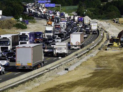 Probleme mit der Arbeitszeit von Kraftfahrern bei der Pandemie. Prüfen Sie, was zu tun ist, wenn der LKW im Stau stecken bleibt