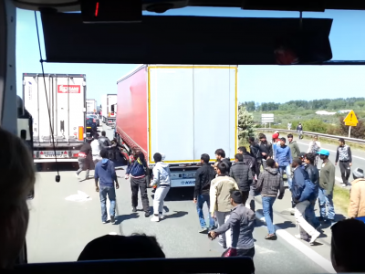 Imigrantai, kurie slepiasi sunkvežimiuose, apgaudinėja aptikimo sistemas. Muitinės pareigūnai skubiai ieško naujos technologijos
