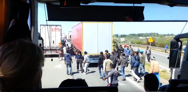 Imigrantai, kurie slepiasi sunkvežimiuose, apgaudinėja aptikimo sistemas. Muitinės pareigūnai skubia