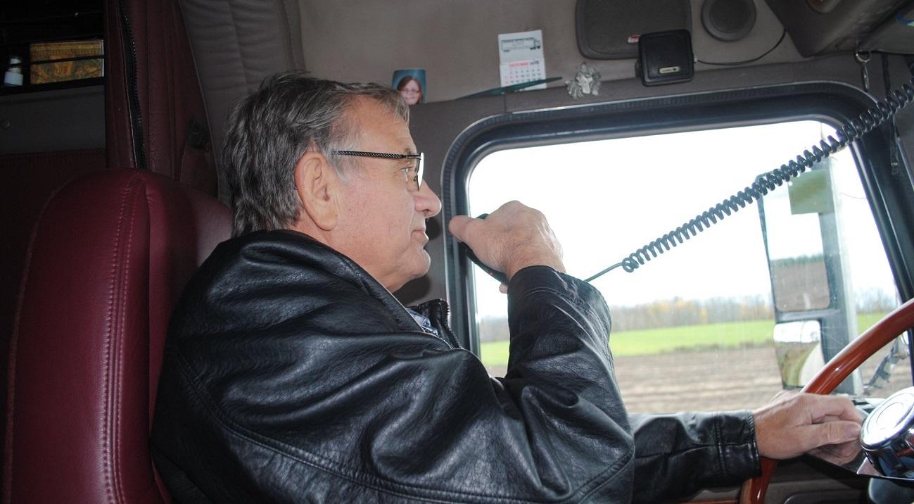 Un camionero enfermo cumplió su último deseo. Lideró un convoy de 61 camiones