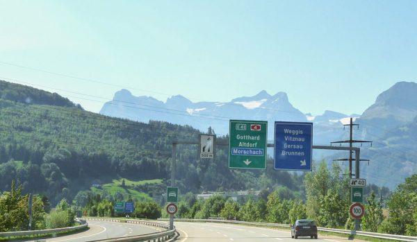 Szwajcarzy podnoszą opłaty drogowe. Zobacz, których pojazdów będzie to dotyczyć
