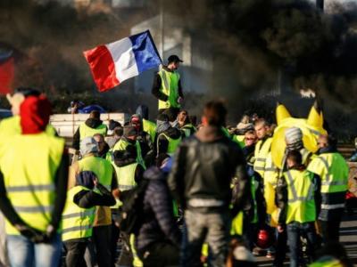 """""""Żółte kamizelki"""" wciąż na drogach. Francuzi czekają na reakcję rządu"""