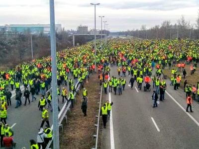 """Czwarty dzień protestu """"żółtych kamizelek"""". Kierowcy nadal mogą się spodziewać utrudnień we Francji"""