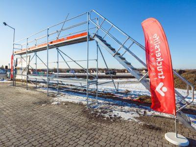 Veszélyes a hó és a jég a kamion tetején! Itt megtalálja, Németországban és Ausztriában hol van állvány és felszerelés a könnyebb hóeltakarításhoz