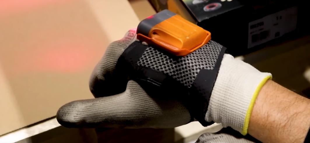 """Inteligentne rękawice skanujące w magazynie w Gliwicach. """"Pracownik jest w stanie dużo bardziej efektywnie skanować wszystkie przesyłki"""""""