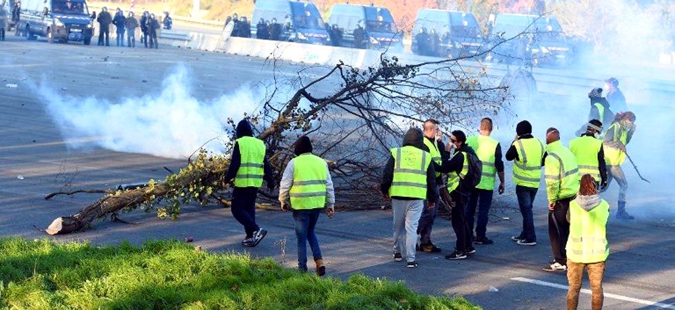 """Piąty dzień protestów we Francji. """"Żółte kamizelki"""" nadal blokują kilka autostrad"""