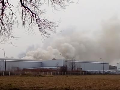Pożar w fabryce naczep Wieltona. 13 zastępów strażaków walczy z ogniem