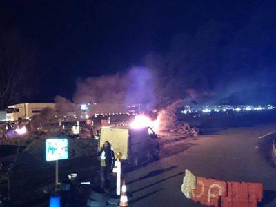 """Rząd nie ugasił gniewu """"żółtych kamizelek"""". Protestujący nadal blokują drogi i składy paliwa"""