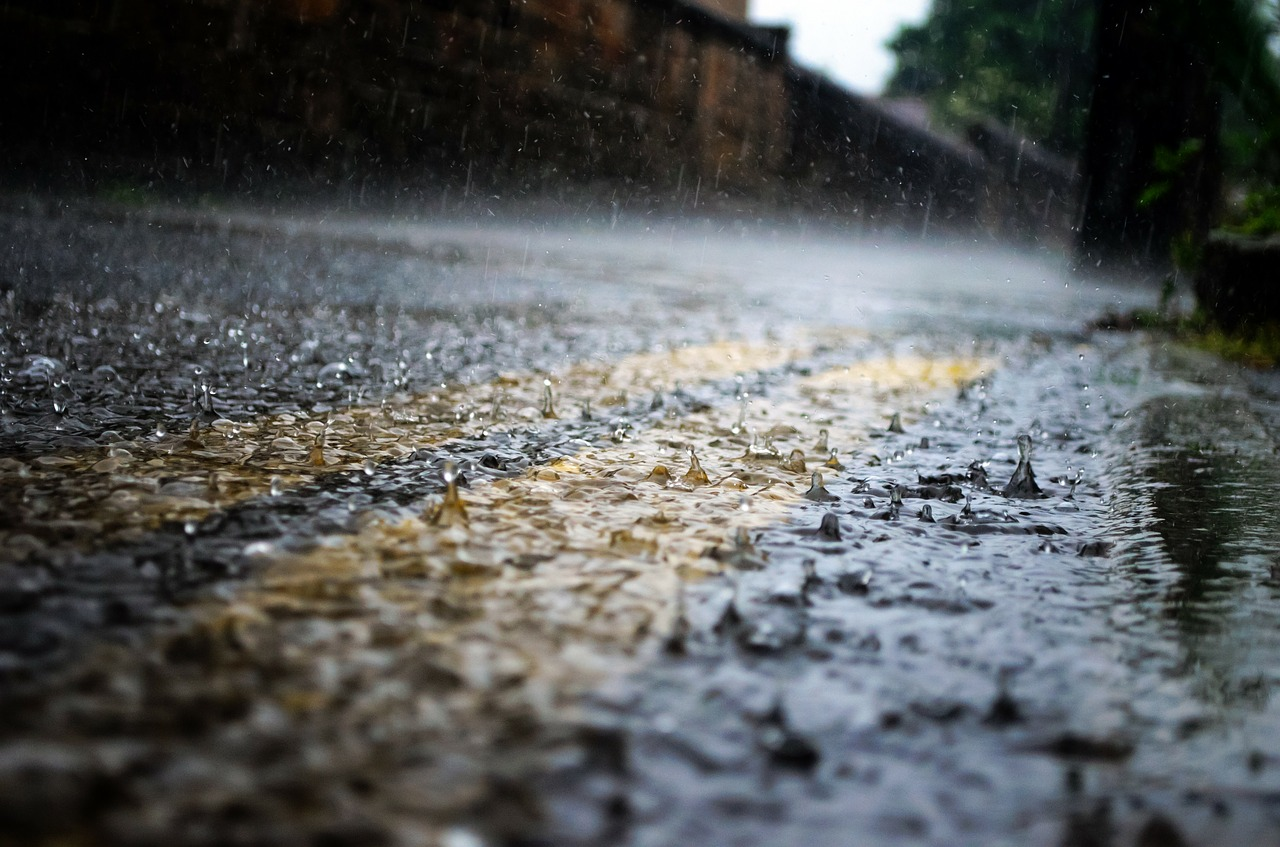 Jak jeździć w trudnych warunkach atmosferycznych? Zobacz, co podpowiada poradnik przygotowany przez Holendrów