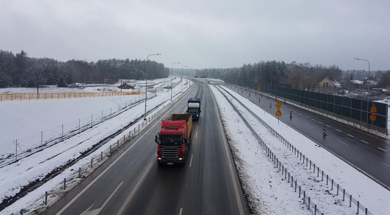 Dzisiaj został otwarty dla kierowców kolejny odcinek S7 Chęciny – Jędrzejów (woj. świętokrzyskie). Udostępniony 7-kilometrowy fragment dwujezdniowej ekspresówki biegnie od miejscowości Brzegi w kierunku Jędrzejowa. Otwarto także  węzeł Mnichów oraz częściowo węzeł w Brzegach. Łącznie kierowcy do dyspozycji mają już 17 km tej trasy. Na oddanie do ruchu czeka jeszcze ostatni 4-kilometrowy odcinek przed Jędrzejowem. Foto: twitter.com/GDDKiA_Kielce