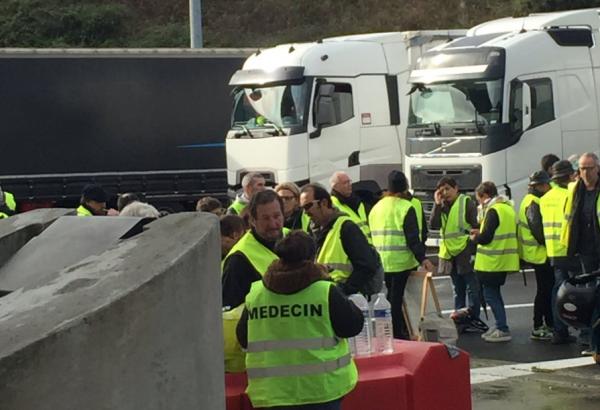 """""""Żółte kamizelki"""" będą w sobotę blokować ciężarówki na granicach. Na granicy hiszpańskiej problemy j"""