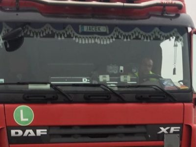 Sunkvežimio vairuotojas – herojus. Padėjo moteriai užgesinti ugnį ir išgelbėjo šunį iš degančio automobilio
