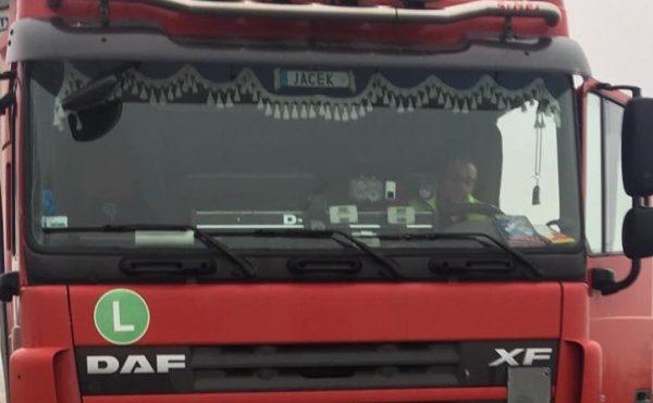 Sunkvežimio vairuotojas – herojus. Padėjo moteriai užgesinti ugnį ir išgelbėjo šunį iš degančio auto