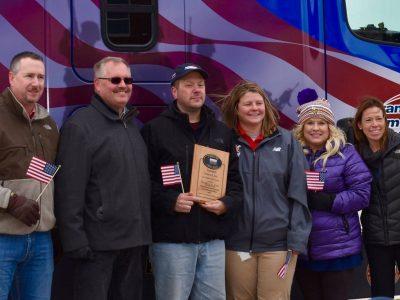 Veteranas-vairuotojas gavo naują sunkvežimį. Tai dovana už daugiau nei 3 mln. km pervažiavimą be avarijos